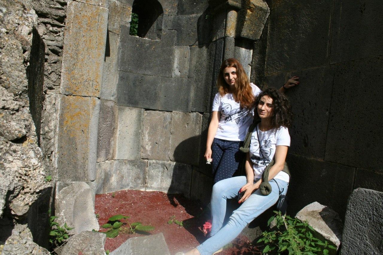 Председатель Крымской армянской общины Эмма Мнацаканян и главный редактор журнала TheNorDar в эксклюзивных футболках TheNorDar