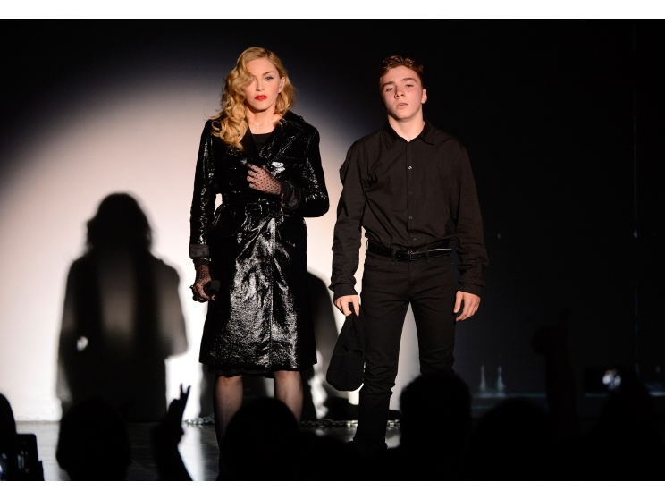 Мадонна с сыном Рокко Ричи на перформансе в галере Ларри Гагосяна